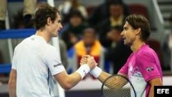 Ferrer (d) felicita a Murray por su victoria.