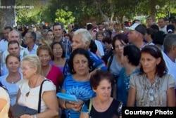 Las colas en las oficinas de inmigración son largas (video Al Yazira)