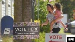 Votantes llegan para ejercer su derecho a voto en el centro comunitario Robert Guevara en Kissimmee, en Florida.