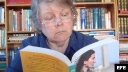 Mary Jo leyendo el libro de Yoani Sánchez