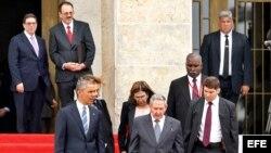 Castro y Obama (rodeados de escoltas y traductores) bajan la escalinata del Palacio de la Revolución, detrás el coronel Alejandro Castro (2 de izq. a der.) y el canciler Bruno Rodríguez.