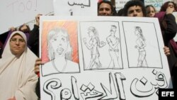 Mujeres egipcias sostienen una pancarta durante una manifestación para pedir una legislación que las proteja contra el acoso sexual, en el sindicato de periodistas de El Cairo, Egipto, el jueves 9 de noviembre de 2006.