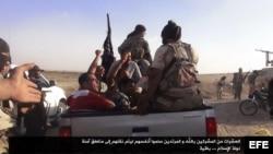 Militantes del grupo extremista Estado Islámico de Irak y el Levante (EIIL, también conocido como ISIS por sus siglas en inglés) tomando posiciones en un lugar no determinado entre Siria e Irak.