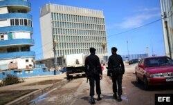 Dos policías de la Brigada Especial patrullan los alrededores de la embajada de Estados Unidos en La Habana.