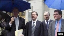 Desde la izquierda, los abogados del expresidente de Guatemala Alfonso Portillo, Glenn W. MacTaggart, David Rosenfield, Steven Feldman y Arthur Jakoby, salen hoy, martes 28 de mayo de 2013, de la corte federal de Nueva York (EE.UU.).