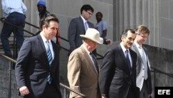 Abogados del millonario estadounidense Robert Durst salen de un tribunal de Nueva Orleans, Louisiana, EEUU (16 de marzo, 2015).