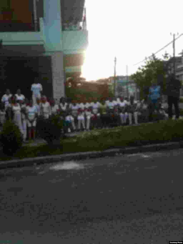 Grupo Damas de Blanco plantadas frente al tribunal de 10 de Octubre en La Habana