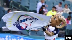 La mascota de la Serie del Caribe de México anima a los aficionados durante el partido entre República Dominicana y Puerto Rico.
