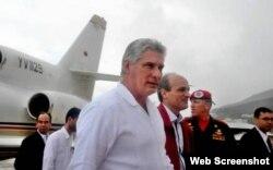 Diaz-Canel baja la escalerilla del avión de PDVSA.