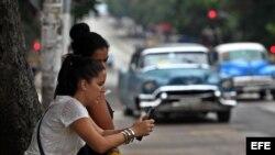 Dos mujeres navegan por internet usando una red wifi en La Habana (Cuba). Archivo. EFE.