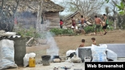 Afectados por el huracán Matthew en Baracoa cocinan los alimentos en un fogón de leña.