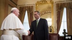 El papa Francisco (izda) se reúne con el residente de la Cámara de Representantes, el republicano John Boehner (dcha), en el Capitolio en Washington DC (Estados Unidos).