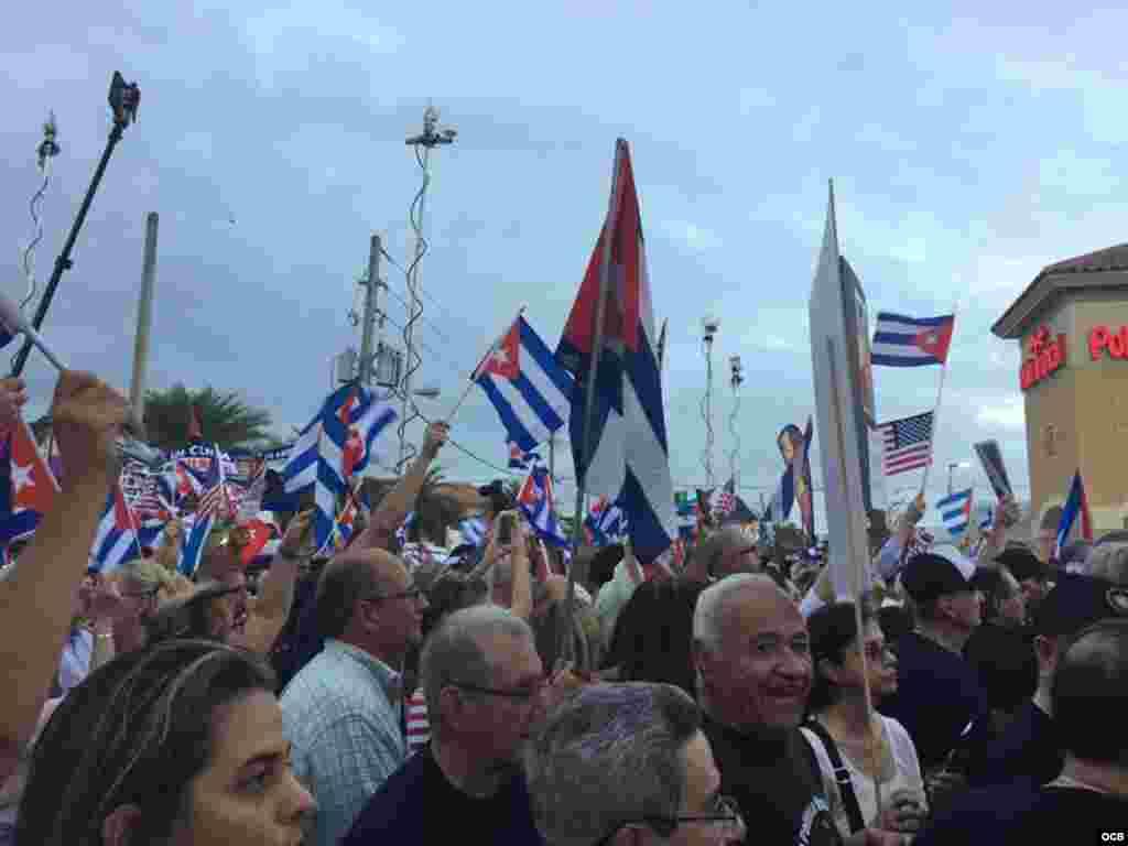 Cubanos desbordan la Calle 8 de la Pequeña Habana, en Miami, en una concentración por la libertad de Cuba.