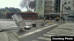 Barricadas como ésta bloqueaban este martes 25 de febrero algunas calles del distrito de Chacao en Caracas.