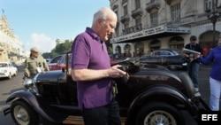 El senador estadounidense Patrick Leahy camina por La Habana (Cuba).