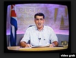 """Carlos Valenciaga, jefe de despacho de Fidel Castro, lee en el NTV la proclama de su jefe indicando que debe dejar """"temporalmente"""" el poder."""