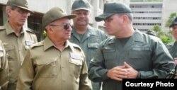 El jefe de la FALN venezolana, Vladimir Padrino (d), con el ministro cubano de las FAR Leopoldo Cintra Frías.