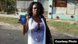 Berta Soler con su pasaporte