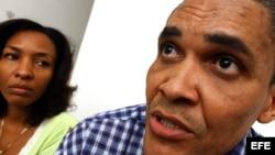 El periodista independiente Jorge Olivera Castillo, del Grupo de los 75, excarcelado, conversa con la prensa el 6 de diciembre de 2004, al lado de su esposa, Nancy Alfaya; en su casa en la Habana Vieja. Olivera fue condenado a 18 años de cárcel.