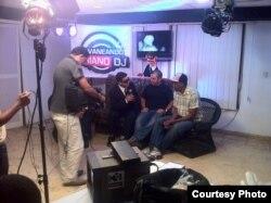El realizador Ian Padrón y el rapero Bárbaro Vargas durante una entrevista del programa Lucas.
