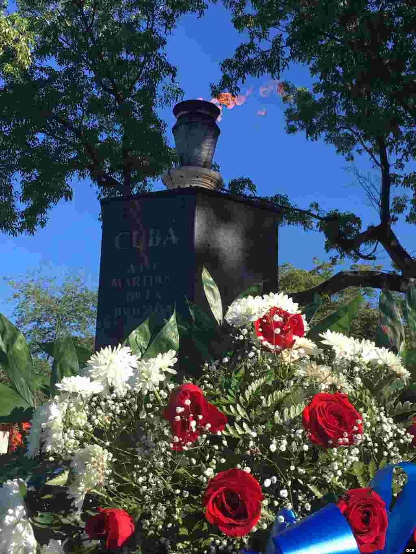 Flores en el Monumento a la Brigada 2506 en La Pequeña Habana / Cortesía Jeffry Scott Shapiro