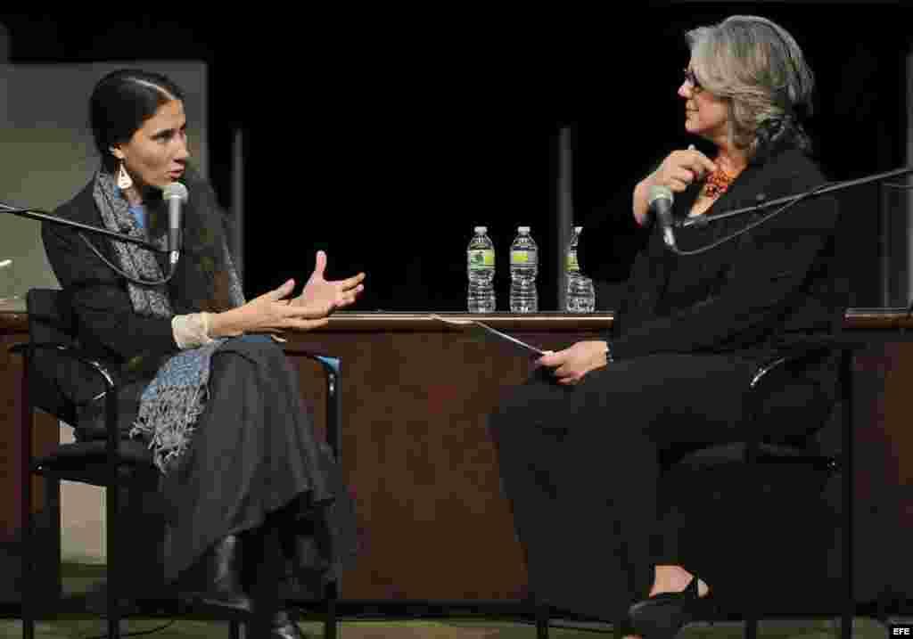 La bloguera cubana Yoani Sanchez Cordero (i) habla con Mirta Ojito (d), de la escuela de periodismo de la Universidad de Columbia en Nueva York (NY, EE.UU.). Sánchez Cordero ha alcanzado fama internacional y múltiples reconocimientos, entre ellos el premi