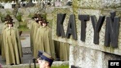 Archivo. La guardia de honor atiende a las ceremonias celebradas en el día en memoria de las víctimas del crimen de Katyn en el cementerio militar de Varsovia, Polonia, el 13 de Abril de 2008.