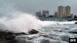 Fuertes vientos de un huracán impactan la costa norte de La Habana.