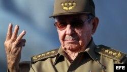 Raúl Castro, lidera el desfile por el Día Internacional de los Trabajadores hoy, lunes 01 de mayo de 2017, en la Plaza de la Revolución de La Habana (Cuba).
