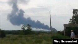 En esta toma de un video subido a la red social vk.com se ve la columna de humo que surge del lugar donde se estrelló el avión malasio.