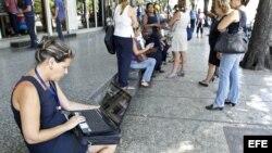 na mujer navega en la internet en su portátil hoy, viernes 3 de julio del 2015, en una de las zonas habilitadas con Wifi en La Habana (Cuba).