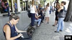 El Gobierno a habilitado decenas de puntos de Wi-Fi en todo el país, pero siguen siendo pocos y costosos para la mayoría.