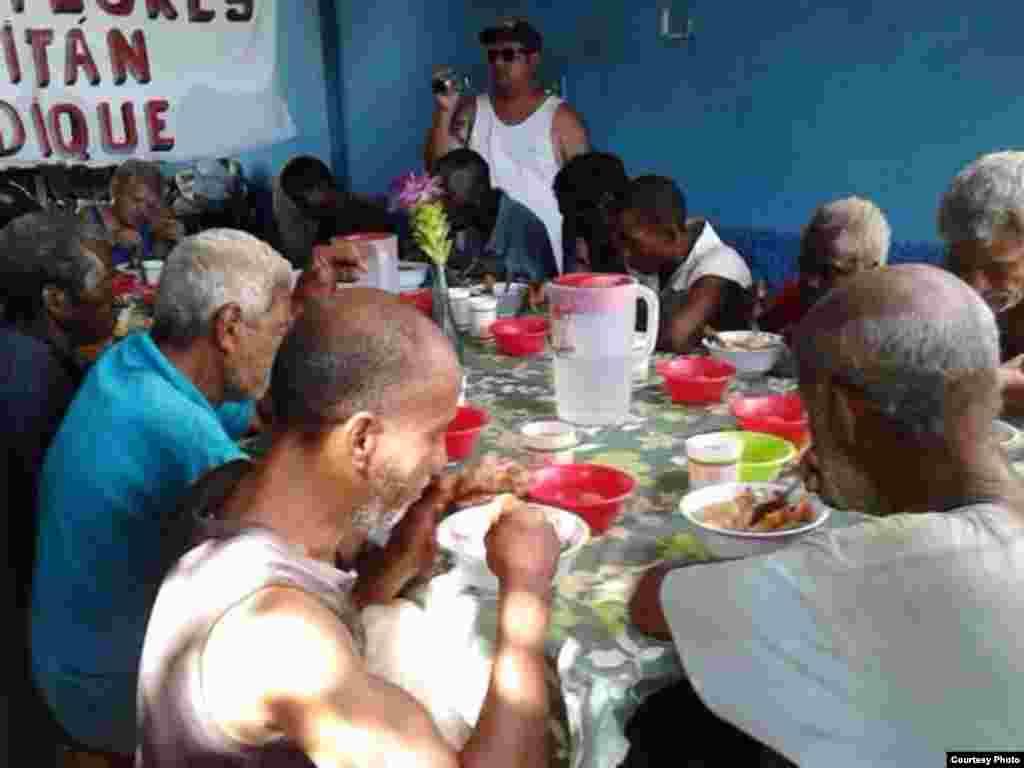 "Varios ancianos reciben ayuda en el Proyecto ""Capitan Tondique"", Colón, Matanzas."