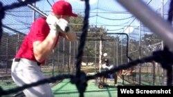 Yobal Dueñas lanza una pelota a un bateador durante el entrenamiento.