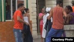 Cubanos opinaron sobre la reventa de productos básicos.