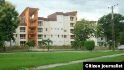 """Nuevos y lujosos edificios construidos para oficiales del Ministerio del Interior. La gente les dice """"los Meliá MININT""""."""