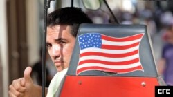 Muchos cubanos prefieren a los visitantes estadounidenses pese a décadas de guerra ideológica.