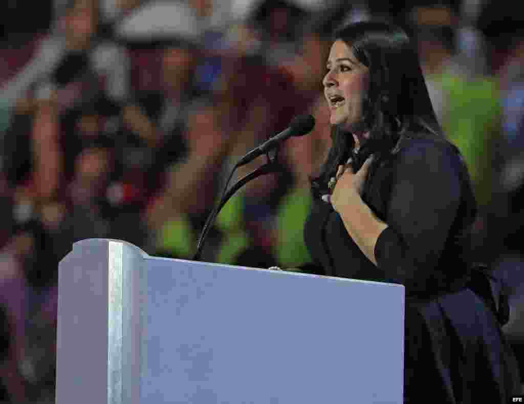 a directora de Voto Latino Hillary for America Director Lorella Praeli en el último día de la Convención Nacional Demócrata (DNC)