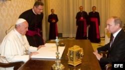 Archivo 2013 - El papa Francisco (i) recibe en audiencia al presidente ruso, Vladimir Putin (d), en la basílica San Pedro del Vaticano.