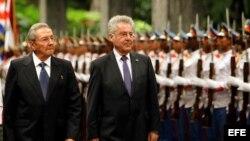 El general cubano Raúl Castro recibe al presidente de Austria, Heinz Fischer (i-d), en el Palacio de la Revolución de La Habana (2 de marzo, 2016).