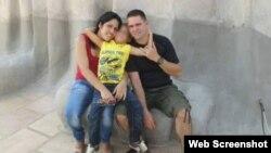 La doctora Dianelys San Roman Parrado junto a su niño y su esposo.
