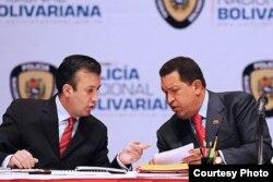 El actual vicepresidente de Venezuerla, entonces ministro del Interior, Tareck El Aissami (i), junto al desaparecido Hugo Chávez.