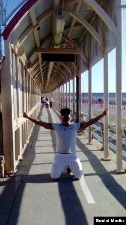 Yosimar Arguilagos cruza el puente fronterizo hacia EEUU.
