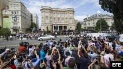 Cientos de personas se agolpan para presenciar la reapertura de la embajada cubana en Washington, Estados Unidos.