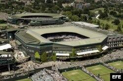Vista aérea de la Pista Central (delante) y la Pista 1 (detrás) del club de tenis All England Lawn de Wimbledon.