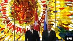 Raúl Castro (d) y el presidente de Rusia Vladimir Putin.
