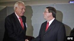 José Manuel García-Margallo (i), ministro de Asuntos Exteriores español, con su homólogo cubano, Bruno Rodríguez. Foto: Archivo.