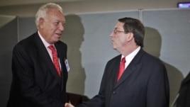 El ministro de Asuntos Exteriores español, José Manuel García-Margallo (i), habla con su homólogo cubano, Bruno Rodríguez, hoy, miércoles 26 de septiembre 2012, durante una reunión en Nueva York