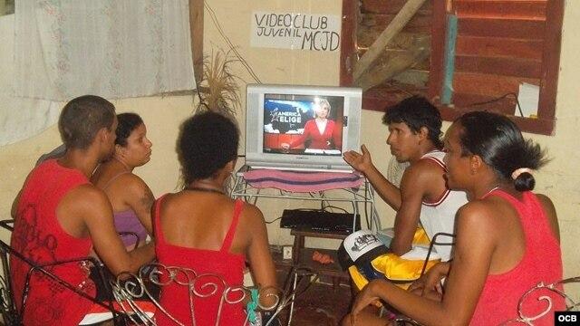 Jóvenes cubanos miran programa de TV Martí