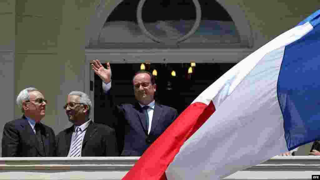 El presidente de Francia François Hollande (c) y el historiador de La Habana, Eusebio Leal (i), durante la inauguración de la nueva sede de la Alianza Francesa en La Habana (11 de mayo, 2015).